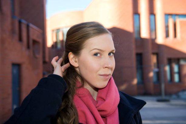 Laura Kulmalasta on ymmärrettävää, että kuulokoje kiinnittää enemmän huomiota kuin silmälasit. - Kuulokojeet ovat paljon harvinaisempia.