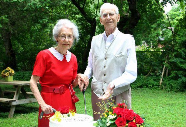 72-vuotishääpäivänä Jeanilla oli yllään täsmälleen samanlainen mekko kuin tanssiaisissa, joissa hän tapasi tulevan miehensä.
