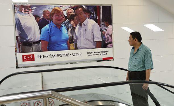 Yonganli-metroaseman liukuportaissa mainosjulisteessa on suomalaisille tuttu henkilö.