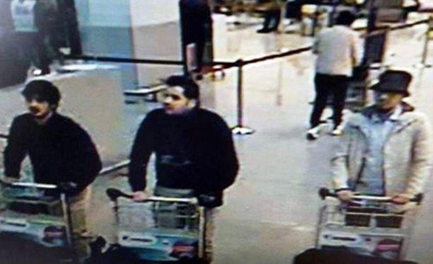 Brysselissä räjähti 22. maaliskuuta 2016 kolme pommia. Kuvassa kolme terroristia, joista vasemmalla ja keskellä olevat räjäyttivät pomminsa lentokentällä. Mohamed Abrini (oik.) on pidätetty.
