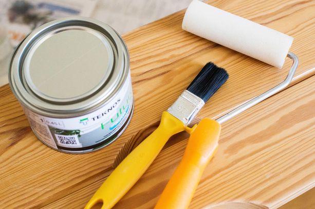 Maalaustarvikkeet. Puolen litran purkki maalia riittää mainiosti. Lisäksi tarvitset siveltimen. Nopeammin maalaus sujuu pienellä telalla.