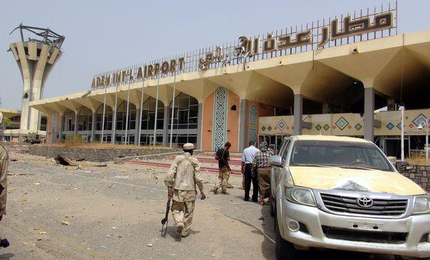 Adenin lentokentällä räjähti vain hetkiä hallituksen jäseniä kuljettaneen lentokoneen laskeutumisen jälkeen. Kuva vuodelta 2015.