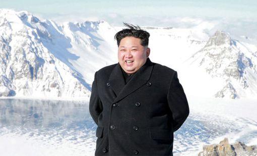 Aurinko alkoi paistaa, kun johtaja pääsi huipulle.
