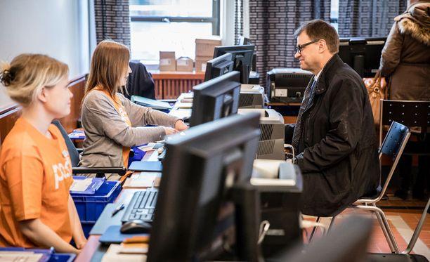 Pääministeri Juha Sipilä äänesti kuntavaalien ensimmäisenä ennakkoäänestyspäivänä Postitalossa, Helsingissä keskiviikkona. Hallitus hioo tällä viikolla sote-uudistuksen valinnanvapausmallia, joka on yksi kuntavaalien kiistakysymyksistä. Ensi viikolla hallitus vastaa tästä SDP:n välikysymykseen.