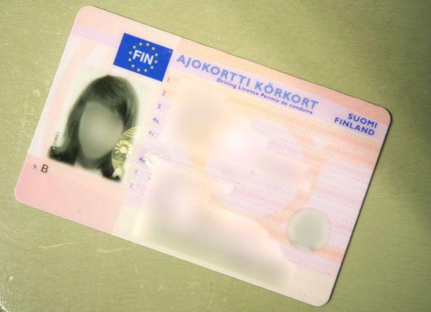 Suomalaisten ajokorttitiedot tulivat viime vuonna muutaman klikkauksen päähän. Trafi sulki palvelun, kun asiasta nousi kohu.