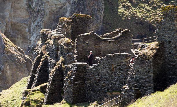 Tintagelissa on keskiajalla rakennutun linnan rauniot. Mahdollinen Arthurin palatsi löydettiin sen läheltä.