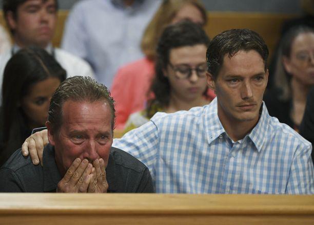 Shanann Wattsin isä Frank Rzucek murtui oikeudessa. Vierellä Shanannin veli Frankie Rzucek.