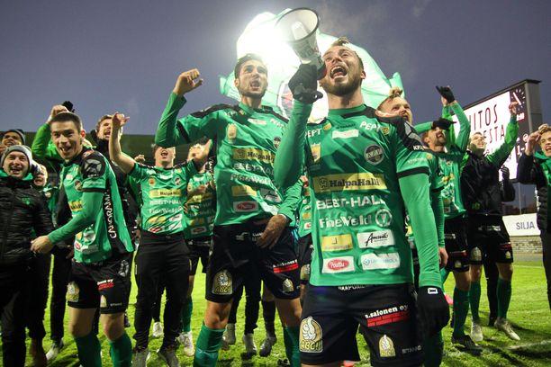 TPS ja KPV kohtasivat liigakarsinnassa myös viime vuonna. Otteluparin päätteeksi kokkolalaiset juhlivat nousua Veikkausliigaan.