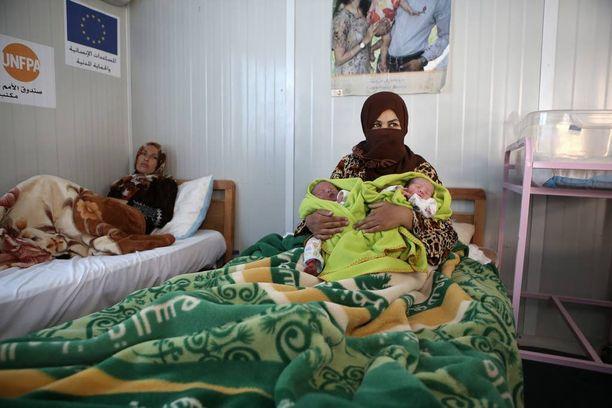 Zaatarin pakolaisleirillä syntyy enemmän vauvoja kuin Jordaniassa keskimäärin. Kuva heinäkuulta, jolloin Maan Turkman, 31, synnytti kaksospojat.
