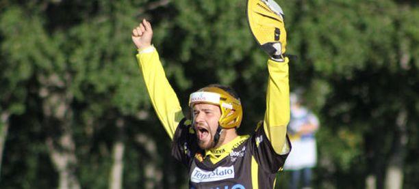 Pattijoen Marko Pelkonen juhli joukkueensa voittoa Vimpelin Saarikentällä.