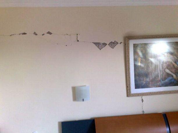 Hotellihuoneen seinät halkeilivat järistyksen voimasta.