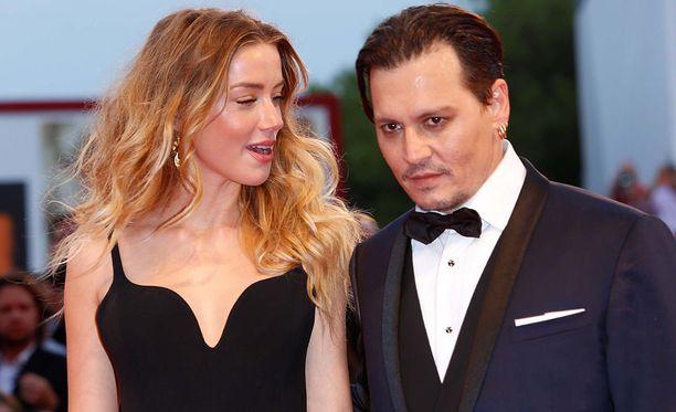 Johnny Depp tunnetaan esimerkiksi elokuvista Jali ja suklaatehdas ja Saksikäsi Edward. Amber Heard tunnetaan puolestaan elokuvista Never Back Down ja Rommipäiväkirja.
