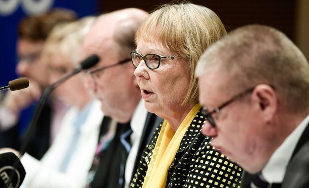 Perustuslakivaliokunnalta odotetaan jälleen lausuntoa sotesta. Keskellä valiokunnan puheenjohtaja Annika Lapintie (vas), hänen vieressään vasemmalla Tapani Tölli (kesk) ja oikealla Kimmo Kivelä (sin).
