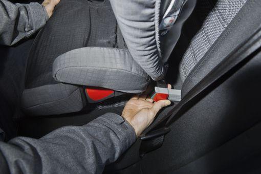 Muista kiinnittää myös tyhjä istuin. Nykyautoissa istuimet saa kiinni lukkiutuvalla Isofix-kiinnityksellä.