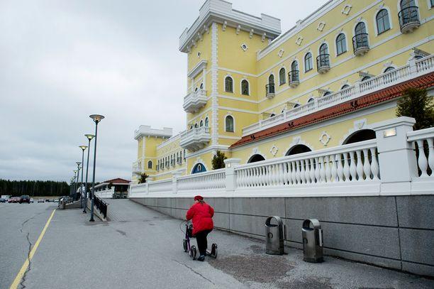 Kyläkaupan yhteydessä on myös hotelli. Julkisivun uudistus koskee tavarataloa.