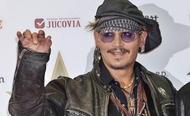 """Johnny Depp antoi potkut vanhalle agentilleen """"säästösyistä""""."""