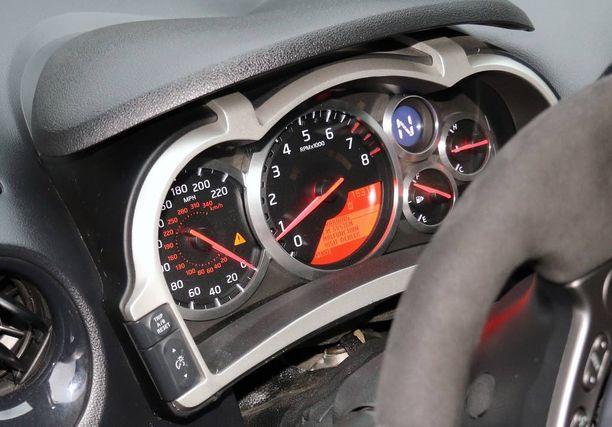 Kiinnitä huomio nopeusmittarin näyttöön. Km/h puolella on lukema 340.
