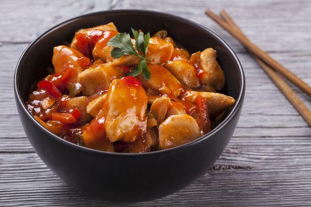 Kanaa, vihanneksia ja hapanimeläkastiketta.
