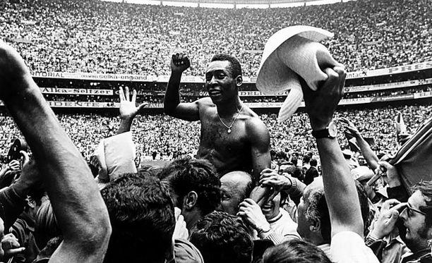 Pele juhlii Brasilian maailmanmestaruutta 1970.