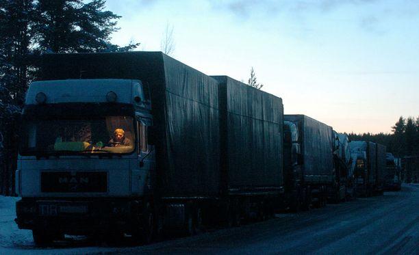 Liikenne itärajalla on kasvanut, mutta vuoden 2004 (kuva) jonoihin ei ole ylletty, jolloin rekkaliikenne ruuhkautti Vaalimaan.