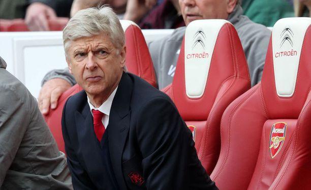 Arsène Wenger on uransa tiukimmassa paikassa.