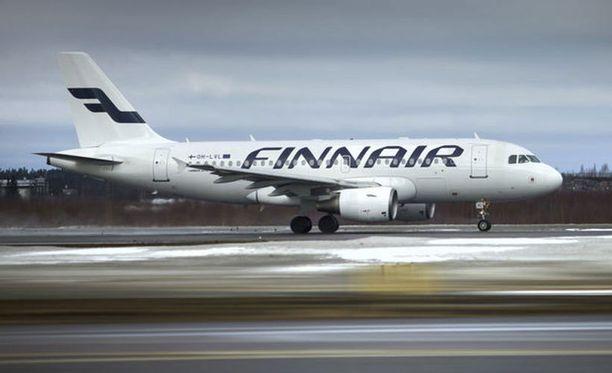"""Finnairin viestintä- ja yhteiskuntavastuujohtaja Arja Suominen pitää """"todennäköisenä"""", että myös yhtiön lentokone on joutunut väistämään venäläisiä sotilaskoneita."""