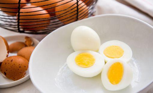 Kokkien mielestä kananmunan keittäminen kuuluu ruoanlaiton perustaitoihin.