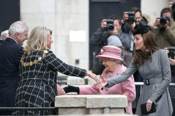 Kuningatar edusti Stewart Parvin Old Rosen vaaleanpunaisessa takissa. Kuningattaren hattu on Rachel Trevor-Morganin käsialaa.