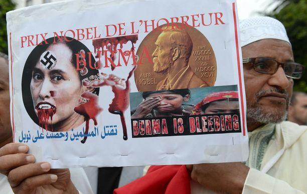 Aung San Suu Kyita ja rohingyoihin kohdistettua väkivaltaa vastaan on osoitettu mieltä ympäri maailman. Kuva Marokosta viime viikolta.