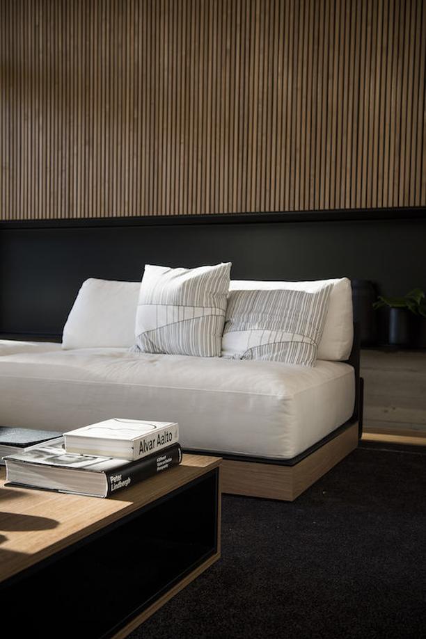 Ylönen voi istua kotonaan itse suunnittelemallaan sohvalla. Sohvan on valmistanut Isku. Sohvatyynyjen Kuma-kuosi on myös Laurin käsialaa.