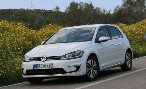Päätös siitä, tuetaanko jatkossa sähköautoja, venyy. Kuvassa sähköauto Volkswagen e-Golf.
