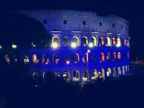 Muun muassa Italian pääkaupungissa Suomea muistettiin valaisemalla maailmankuulu Colosseum sinivalkoisin värein.