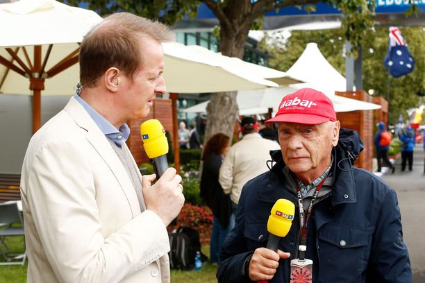 Niki Lauda oli tuttu hahmo myös televisiokameroiden edessä.