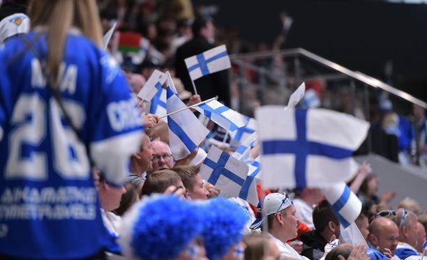 Suomalaisfanit ovat ihastuttaneet Pietarissa, mutta ainakin yksi ruotsalainen pahoitti mielensä. Kuvan fanit eivät liity tapaukseen.