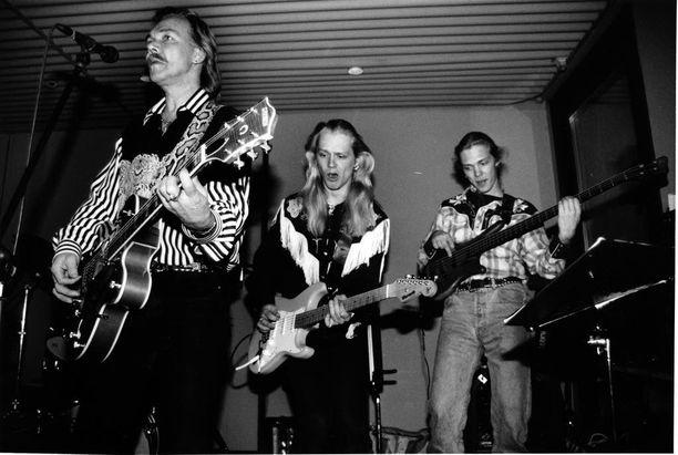 Kari Tapio yhtyeineen keikalla vuonna 1993.