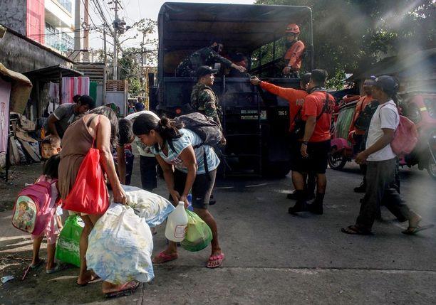 Ihmiset joutuvat jättämään kotinsa tulivuorenpurkauksen pelossa.