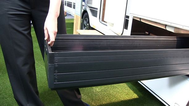 Joistain malleista löytyy myös koko auton levyinen suksiboksi, jossa kulkee kaikki muutkin pitkät harrastevälineet siististi sisällä.