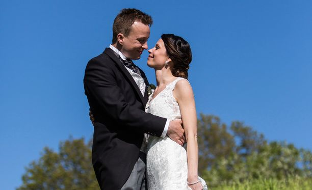 Ensitreffit alttarilla -pari Sari ja Antti rakastuivat toisiinsa heti ensisilmäyksellä. Nyt pari odottaa jo esikoistaan.