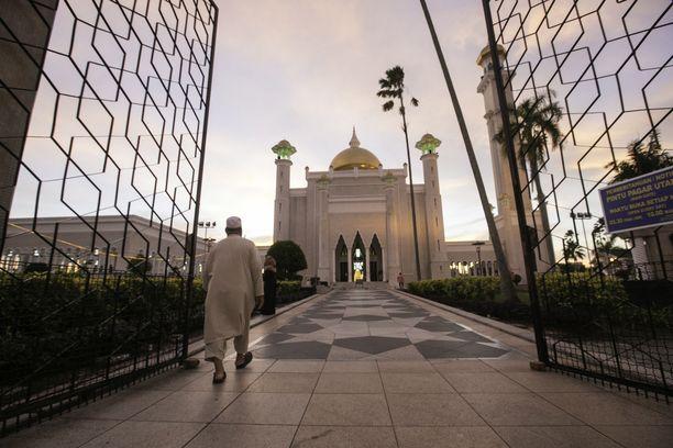 Brunein sulttaanikunnassa on astunut voimaan uusi shariaan perustuva lainsäädäntö, jonka mukaan homoseksuaalisesta ja aviorikoksesta voi tuomita kuolemaan kivittämällä.