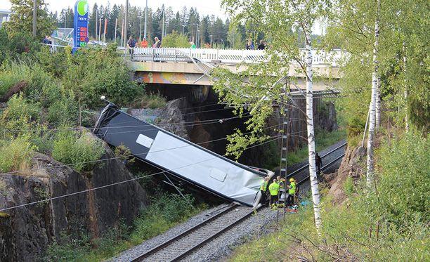 Rataliikennekeskus pääsi tutkimaan radan kuntoa vasta sen jälkeen, kun turmabussi nostettiin pois junaradalta myöhään perjantai-iltana.