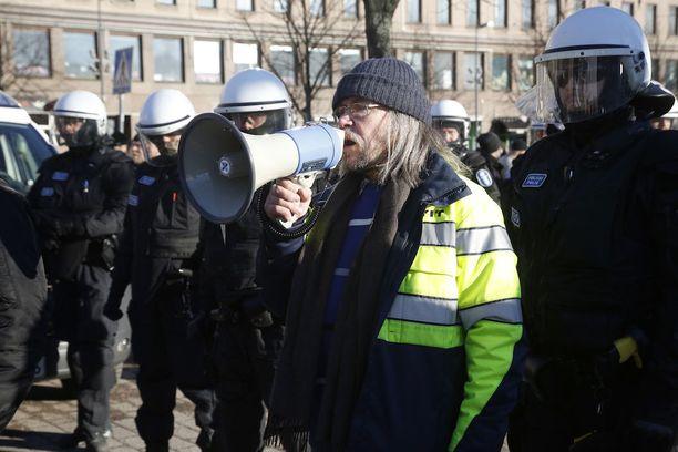 """Rajat kiinni -liikkeeseen kuuluva Pekka Kemppainen oli pääasiassa äänessä """"puhdistus-mielenosoituksessa""""."""