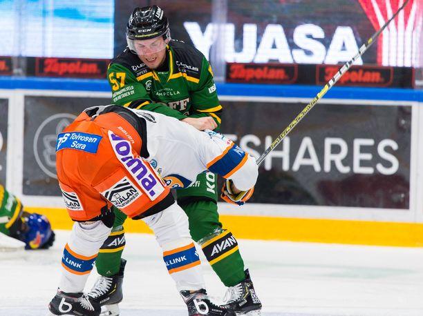 Ilveksen Jarkko Parikka moukaroi Tapparan Antti Erkinjunttia.