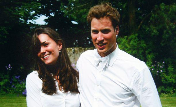 Pian Kate ja William liikkuvat samoissa kaveriporukoissa. Vuonna 2003 romanssihuhut vellovat jo villinä, mutta pari vakuuttaa olevansa vain ystäviä. Pian kaverukset vuokraavat opiskelujen ajaksi yhteisen talon St. Andrew'n nummilta. Vuonna 2004 romanssi roihuaa ja pari ei enää salaile onneaan: William ja Kate bongataan tanssimasta villisti yliopiston juhlissa – käsi kädessä. Britanniassa alkaa huikea vedonlyöntikampanja siitä, koska William kosii. Vaikka pari ei julkisesti näyttäydy yhdessä, Kate on jo tuttu näky esimerkiksi Williamin poolo-otteluissa.