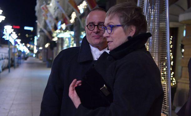 Jukka-Pekka Palo puolisoineen taksille suuntaamassa.