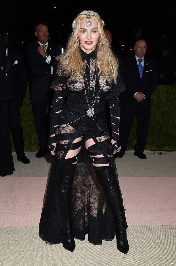 Madonna on räväyttänyt Met-gaalassa myös aiempina vuosina.