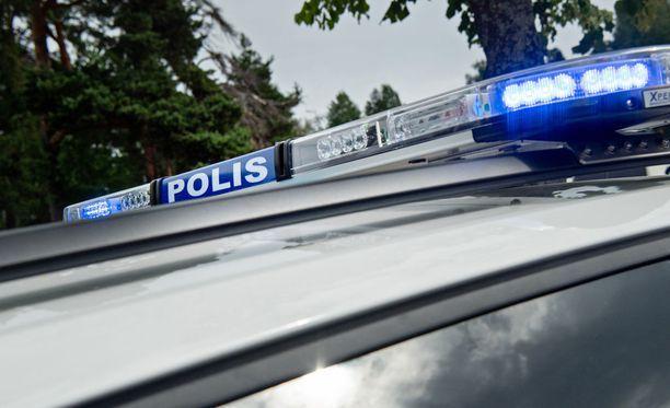 Poliisipartio ja pappi ehtivät vierailla kuolinviestin saaneen miehen kotona.