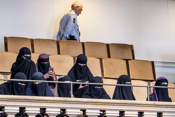 Niqabiin pukeutuneet naiset seurasivat tänään Tanskan parlamentin istuntoa, kun kasvojen peittämistä koskevasta laista päätettiin.