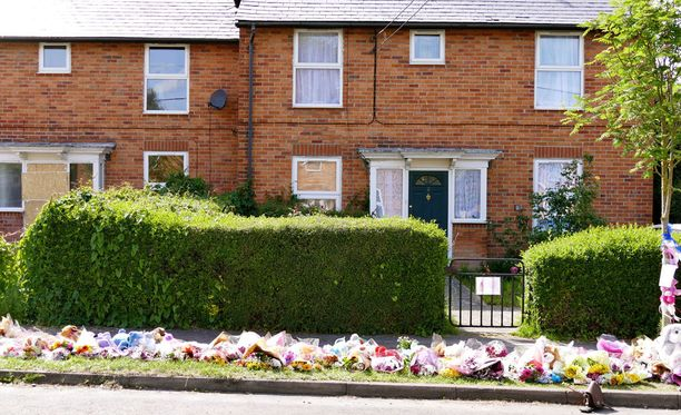 Perheen kodin edusta täyttyi nopeasti pehmoleluista, kukista ja viesteistä.