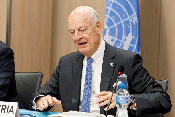 YK:n Syyria-lähettiläs Staffan de Mistura toimii välittäjänä neuvotteluissa.