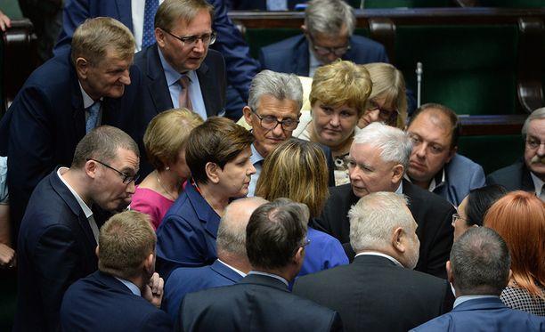 Puolan parlamentin alahuone hyväksyi tänään kiistellyn lain.